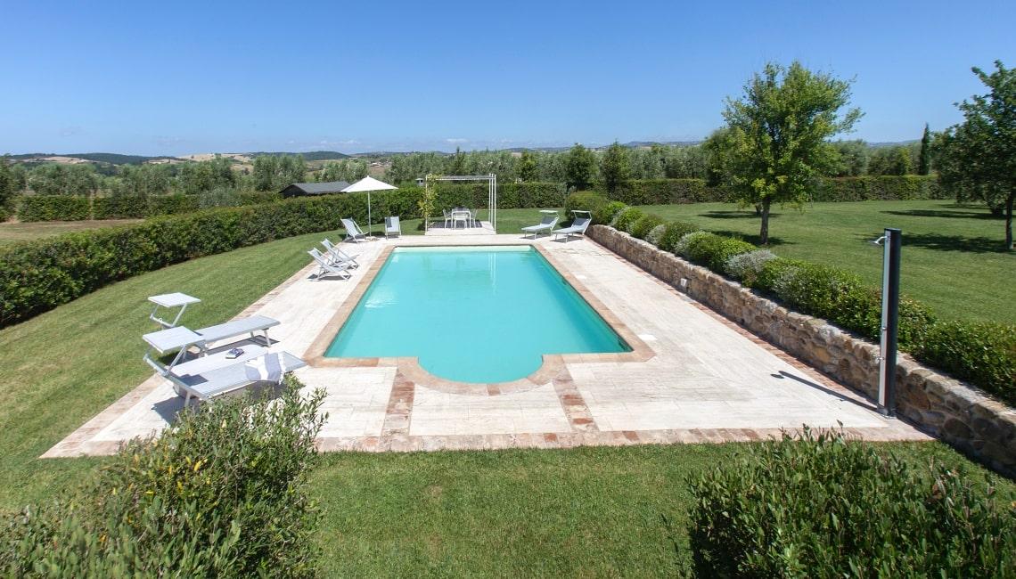 villa con piscina e giardino a capalbio